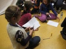 Uczniowie samodzielnie tworzą lalkę cieniową