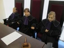 Jakim prawem sądzi sędzia?
